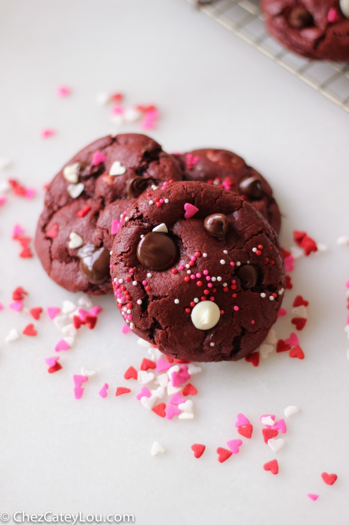 Red Velvet Cookies with Chocolate Chips | chezcateylou.com