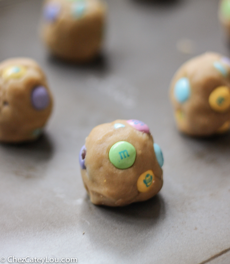 Soft and Chewy M&M Easter Cookies | chezcateylou.com