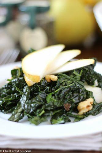 Kale Salad with Pears and Walnuts | chezcateylou.com