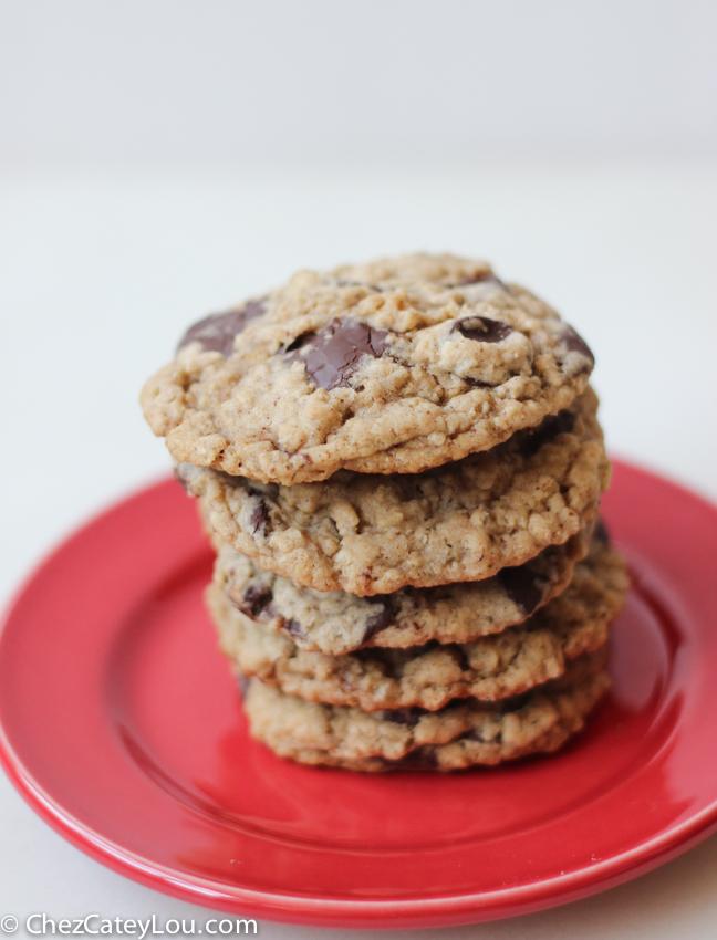 Dark Chocolate Chip Oatmeal Cookies | chezcateylou.com