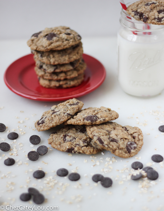 Dark Chocolate Chip Oatmeal Cookies | chezcateylou.com