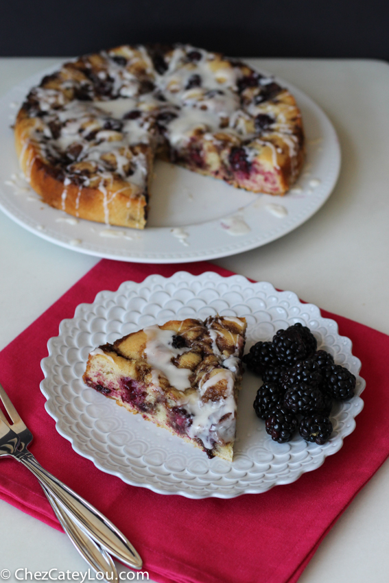 Blackberry Cinnamon Roll Cake | chezcateylou.com