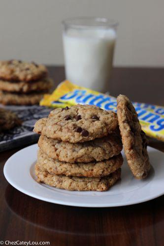 Butterfinger Peanut Butter Oatmeal Cookies| chezcateylou.com